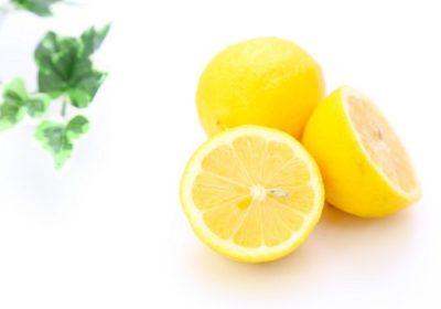 レモンでまな板の臭いをとる